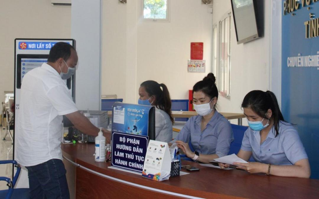 Hướng dẫn người dân làm thủ tục hành chính tại Trung tâm Phục vụ hành chính công tỉnh. (Ảnh minh họa)