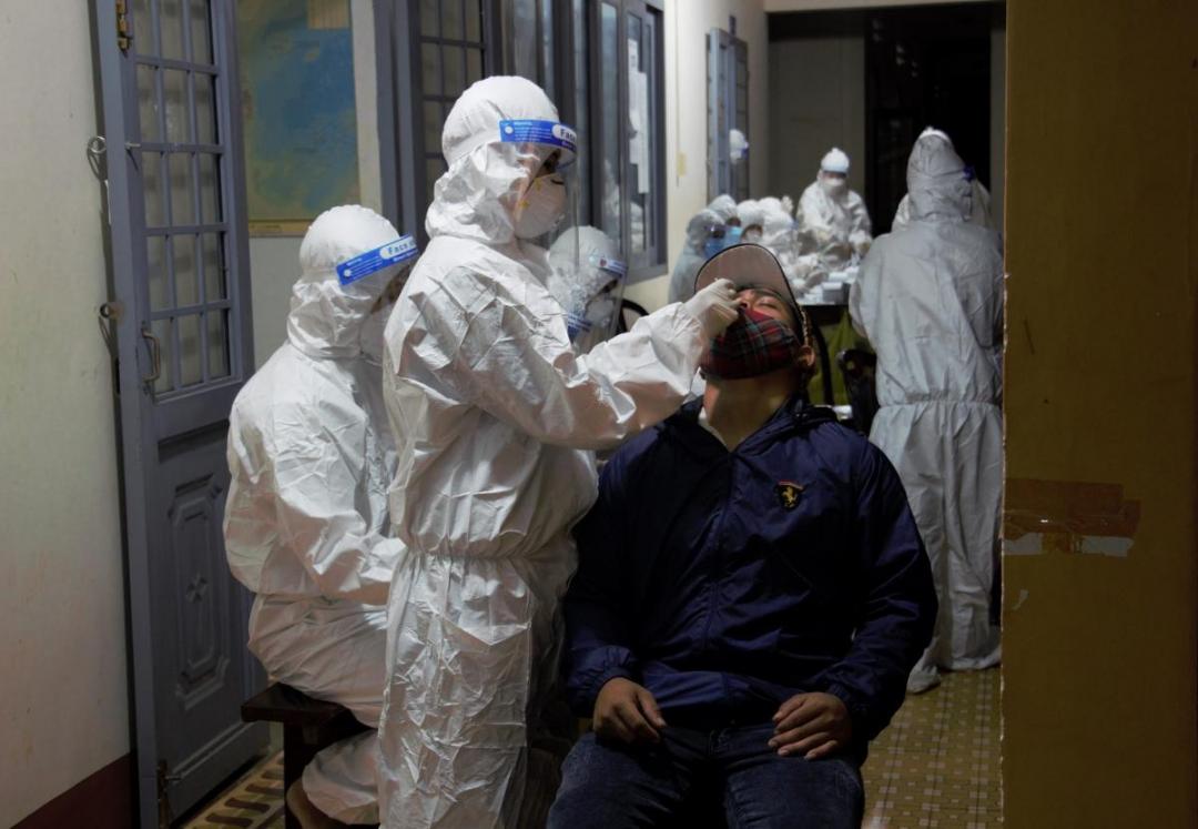 Nhân viên y tế lấy mẫu xét nghiệm SARS-CoV-2 cho người dân từ Đồng Nai trở về Đắk Lắk vào đêm 29-7
