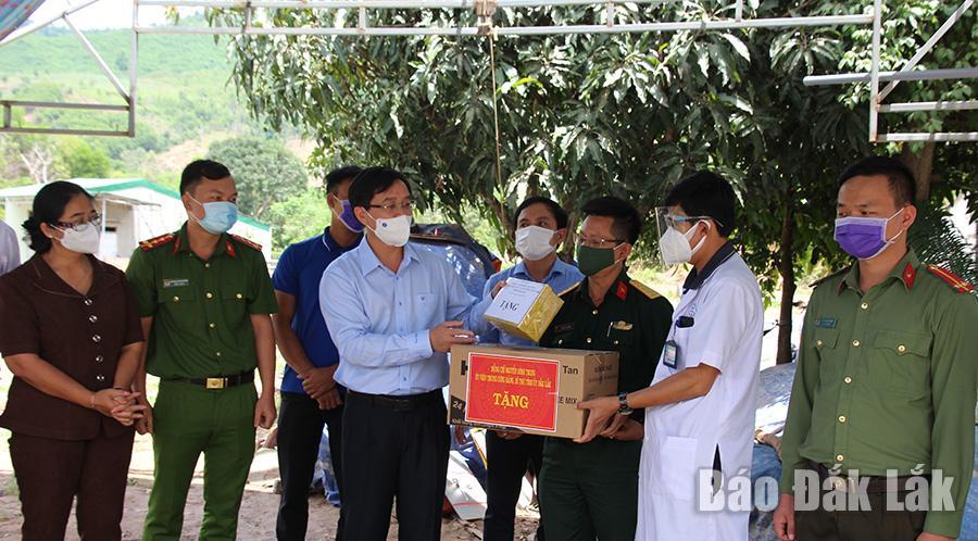 Bí thư Tỉnh ủy Nguyễn Đình Trung tặng quà động viên các lục lượng làm nhiệm vụ tại Chốt kiểm soát.