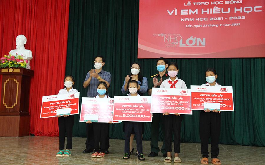 Đại diện Viettel Đắk Lắk và chính quyền địa phương trao học bổng tặng các em học sinh của xã Đắk Liêng.