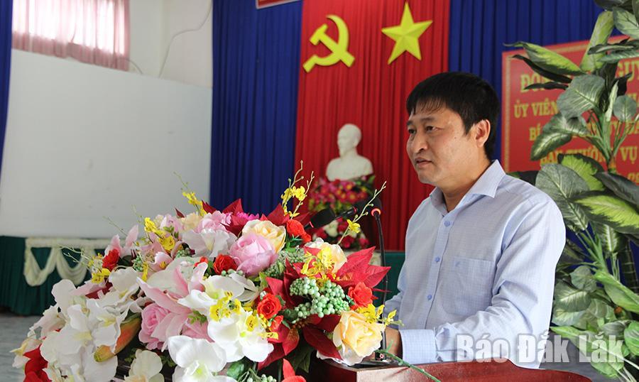Bí thư Huyện ủy, Chủ tịch HĐND huyện MDrắk báo cáo tại buổi làm việc.