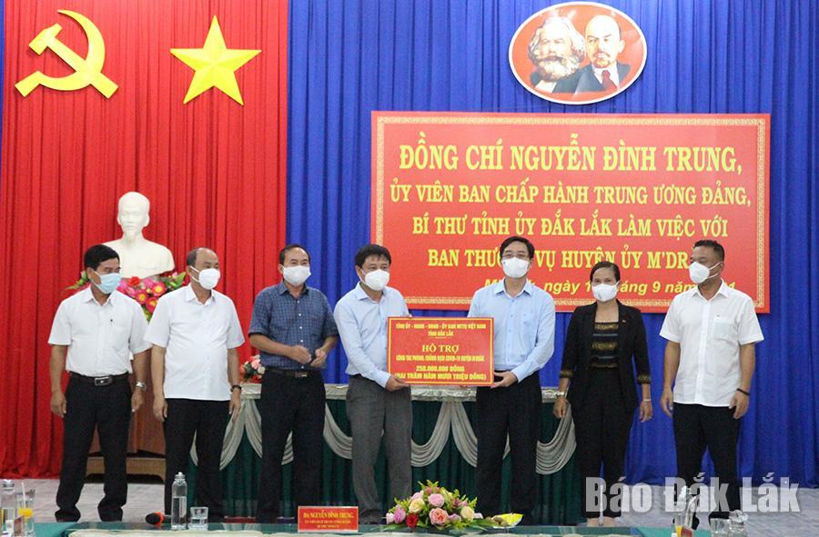 Đoàn công tác trao tiền hỗ trợ huyện MDrắk phòng, chống dịch COVID-19.