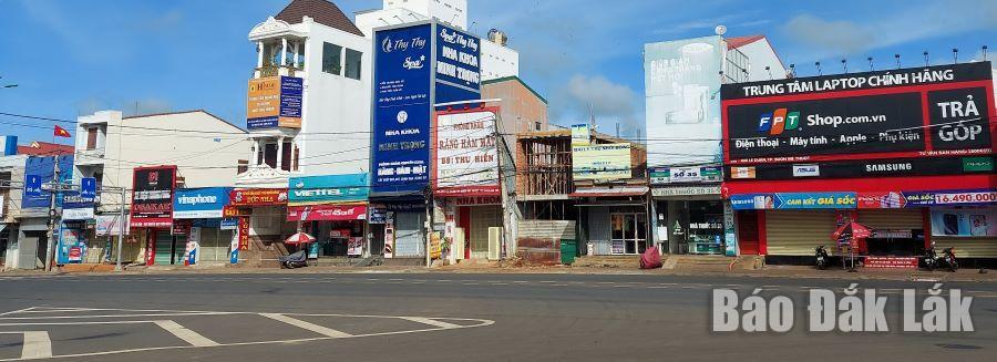 Khu vực buôn bán sầm uất trên đường Lê Duẩn đoạn qua phường Ea Tam, chấp hành nghiêm việc đóng cửa để phòng, chống dịch