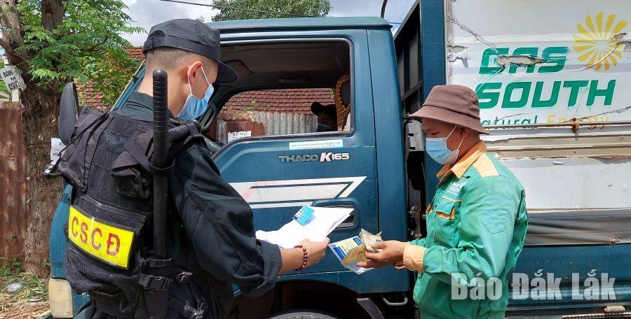 Chiến sĩ Cảnh sát Cơ động thực hiện nhiệm vụ kiểm tra, kiểm soát người dân đi lại trong thời gian thực hiện Chỉ thị 16.