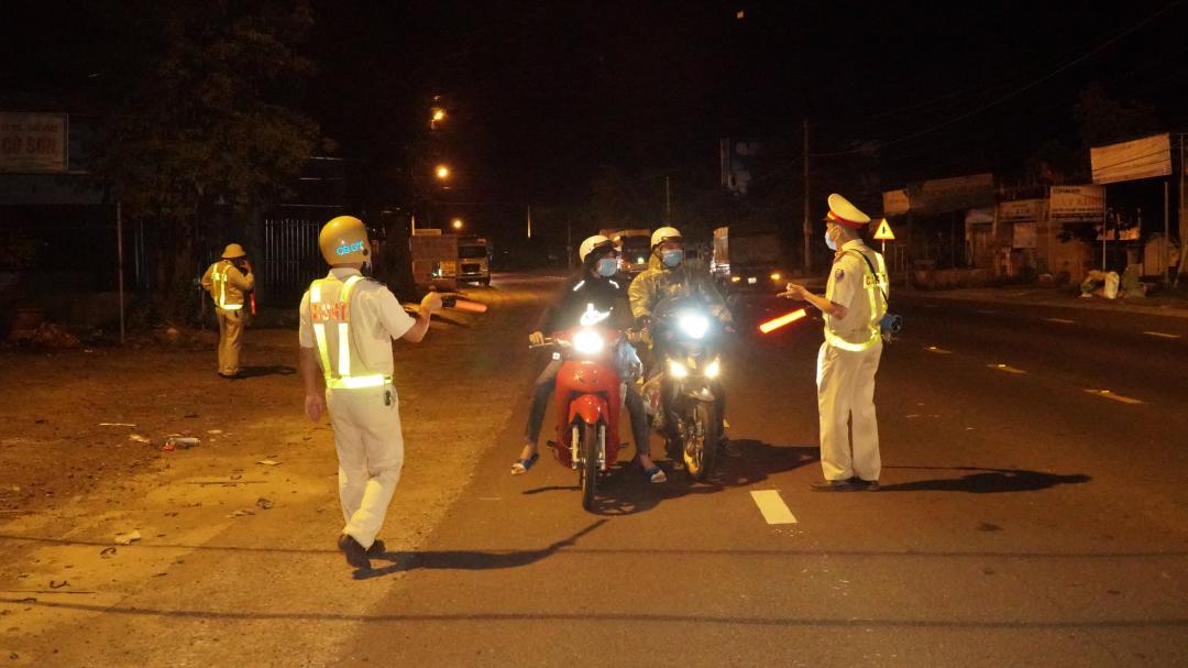 Lực lượng CSGT Công an tỉnh phân luồng, hướng dẫn công dân của tỉnh từ tỉnh Bình Dương trở về địa phương vào tối 1-8-2021.