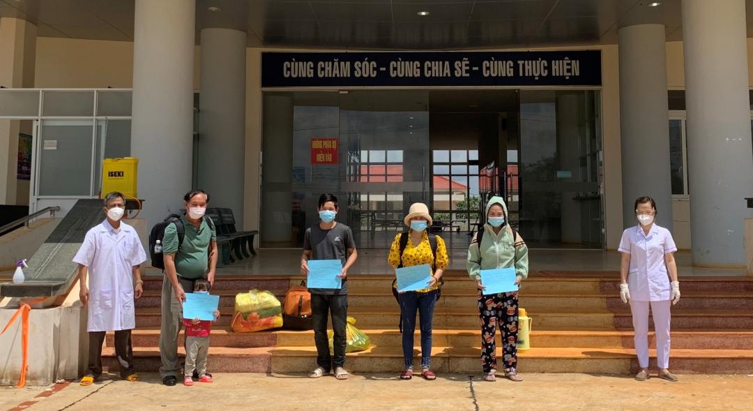 Các bệnh nhân nhận Giấy chứng nhận ra viện tại Trung tâm Y tế huyện Krông Búk.
