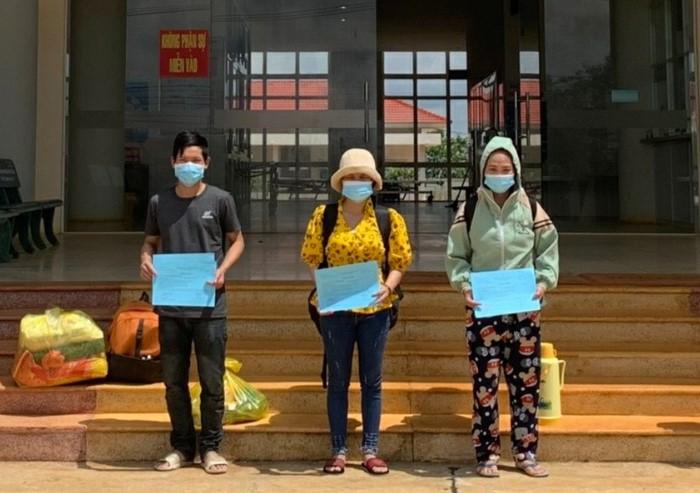 Các bệnh nhân nhận giấy chứng nhận xuất viện tại Bệnh viện Đa khoa 333 (huyện Ea Kar).