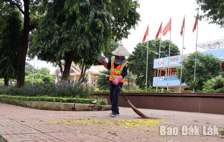 Chị lao công vẫn đều đặn quét dọn, làm sạch phố phường trong những ngày cách ly xã hội.