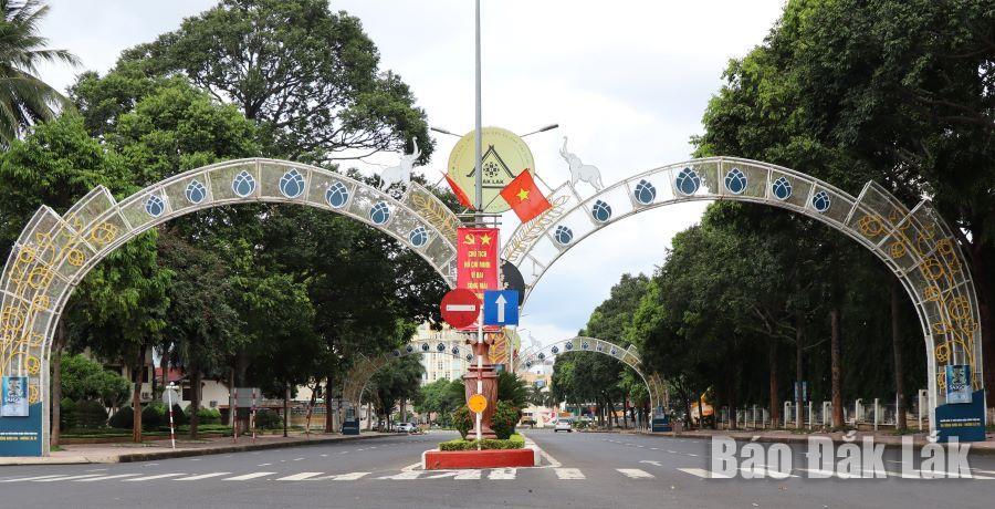 Đường Nguyễn Tất Thành (TP. Buôn Ma Thuột) vắng vẻ, ít phương tiện và người qua lại.