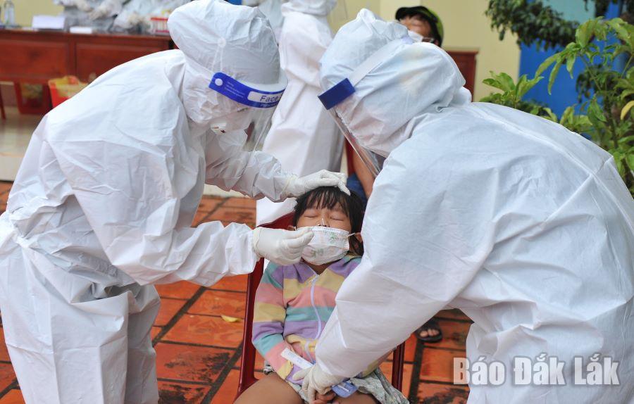 Lực lượng y tế lấy mẫu xét nghiệm SARS-CoV-2 cho người dân xã Quảng Tiến (huyện Cư Mgar).