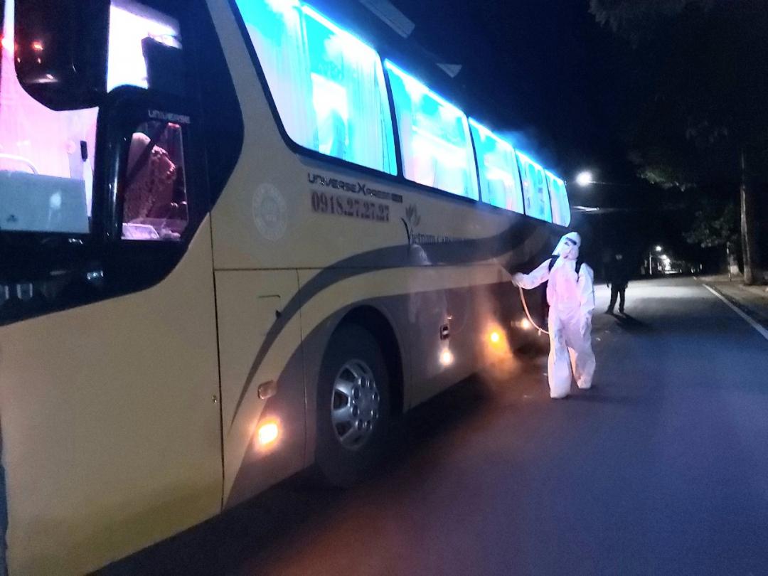 Ngành Y tế tiến hành phun khử khuẩn đoàn xe chở công dân trước khi quay đầu về TP. Hồ Chí Minh.