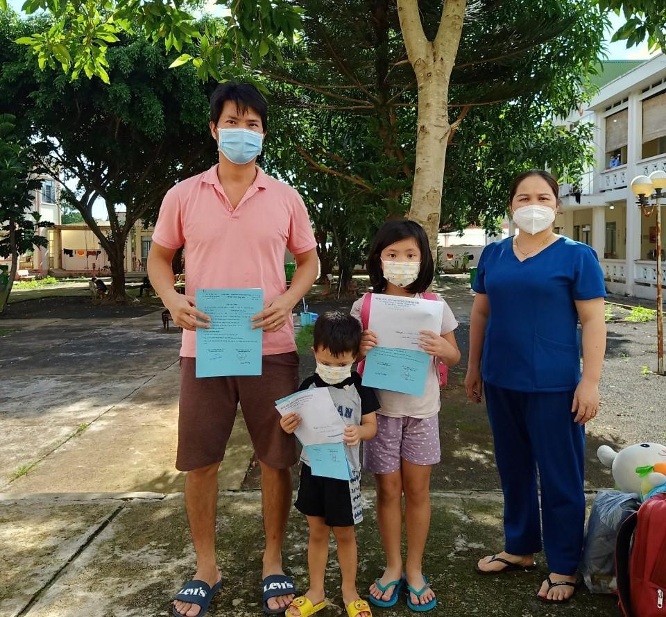 Các bệnh nhân điều trị tại Bệnh viện Lao và bệnh phổi tỉnh nhận giấy ra viện trước xuất viện về nhà.