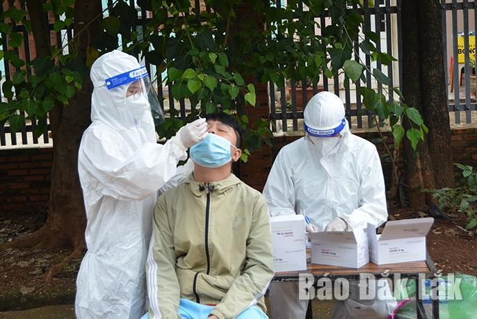 Trung tâm Y tế TP. Buôn Ma Thuột lấy mẫu xét nghiệm sàng lọc cho người dân thôn 1, xã Cư Êbur.