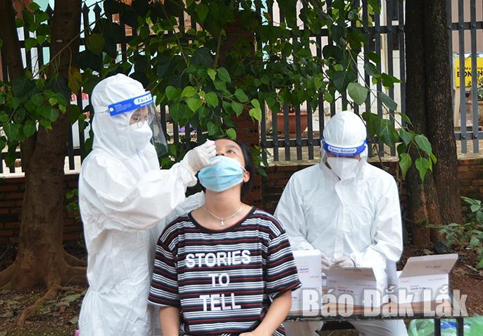 Lực lượng y tế lấy mẫu xét nghiệm cho người dân xã Cư Êbur.