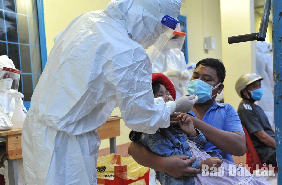 Lực lượng y tế lấy mẫu xét nghiệm SARS-CoV-2 cho người dân xã Quảng Tiến, huyện Cư mgar.