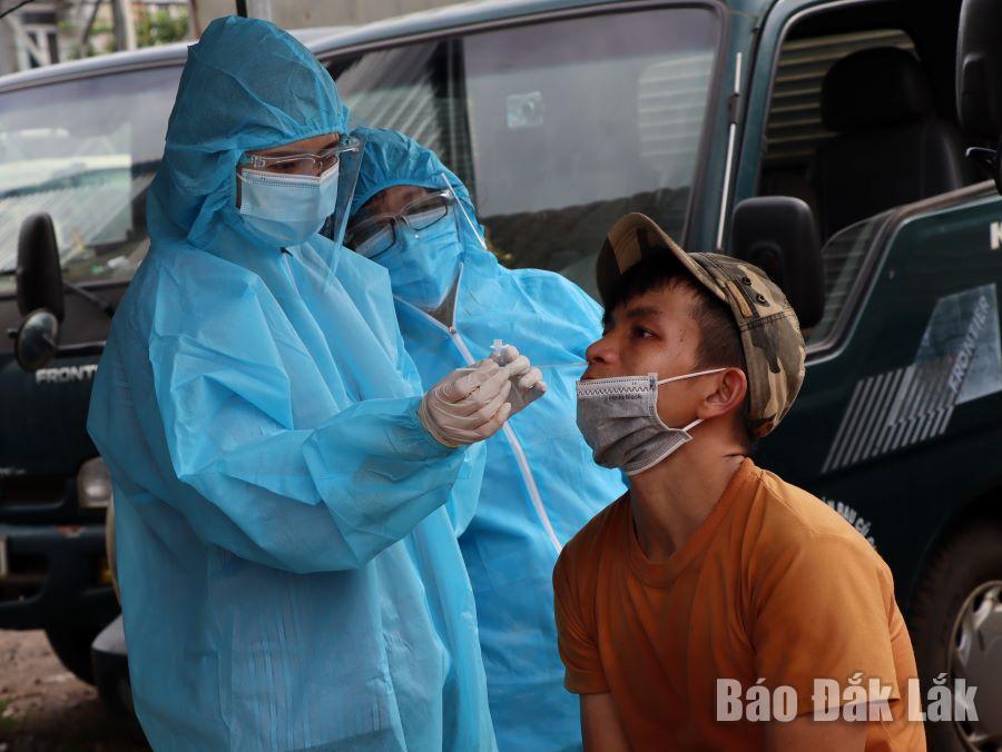 Lực lượng y tế lấy mẫu xét nghiệm SARS-CoV-2 cho người dân TP. Buôn Ma Thuột.