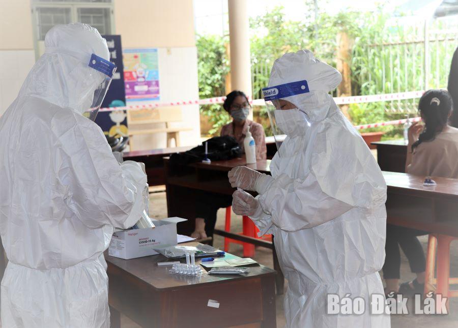 Lực lượng y tế tiến hành xét nghiệm mẫu SARS-CoV-2 tại Trạm Y tế phường Tân Thành (TP. Buôn Ma Thuột).