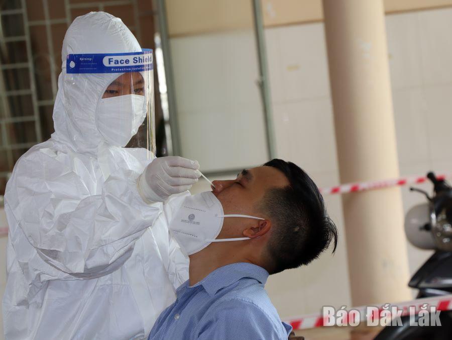 Nhân viên y tế lấy mẫu xét nghiệm SARS-CoV-2 cho người dân phường Tân Thành (TP. Buôn Ma Thuột).