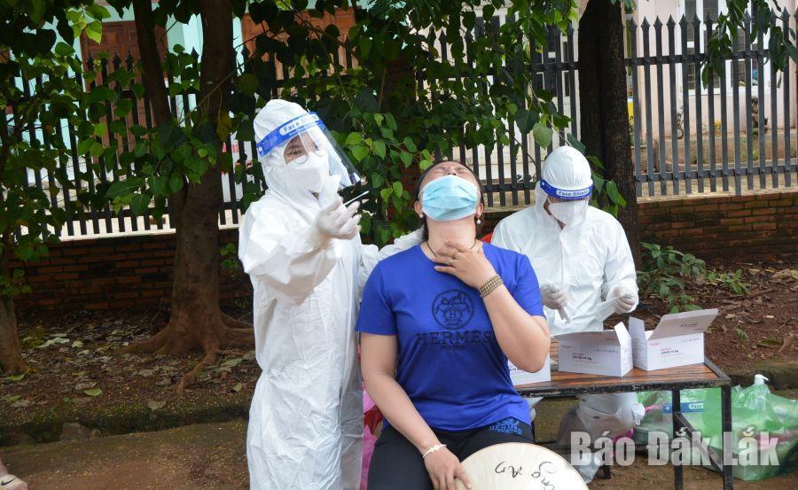 Nhân viên y tế lấy mẫu xét nghiệm cho người dân xã Cư Êbur (Ảnh minh họa).