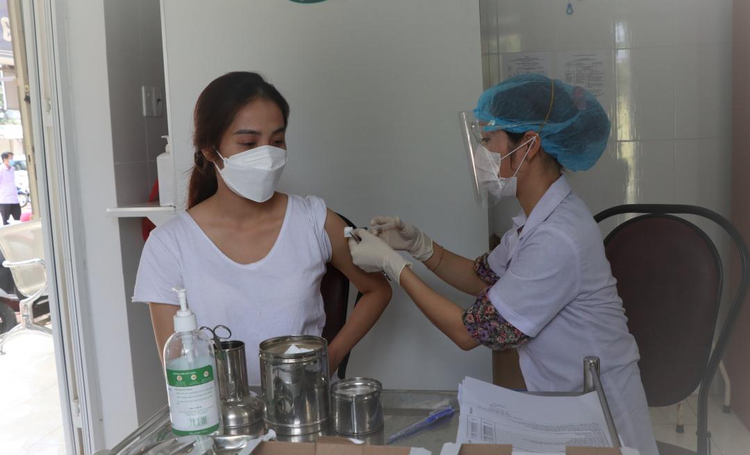 Nhân viên y tế tiêm vắc xin COVID-19 cho đối tượng ưu tiên.
