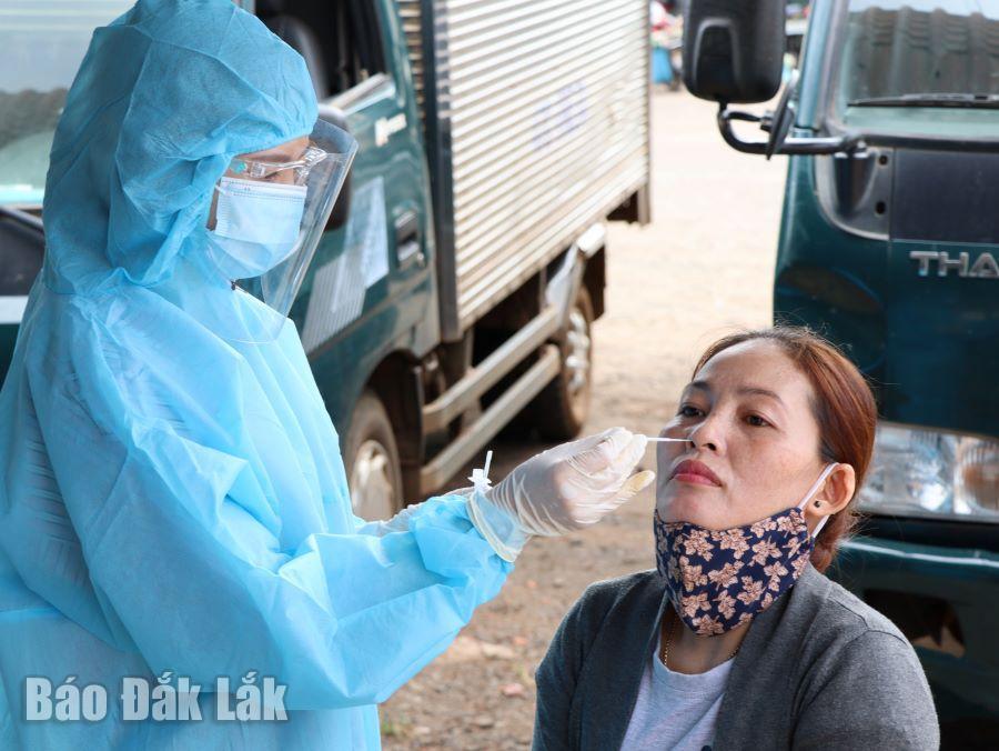 Lực lượng y tế lấy mẫu xét nghiệm SARS-CoV-2 cho người dân TP. Buôn Ma Thuột. (Ảnh minh họa).