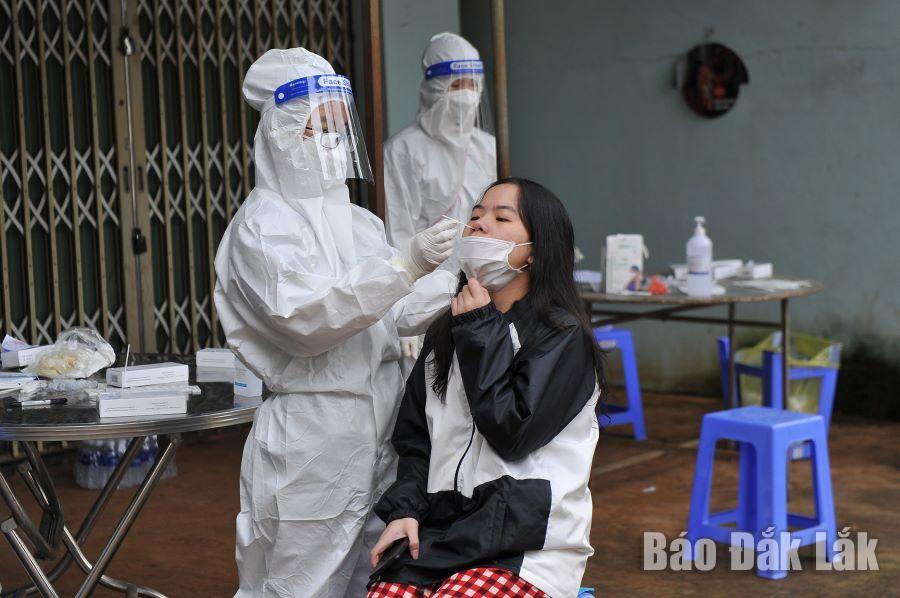Lực lượng y tế lấy mẫu xét nghiệm SARS-CoV-2 cho người dân phường An Lạc.