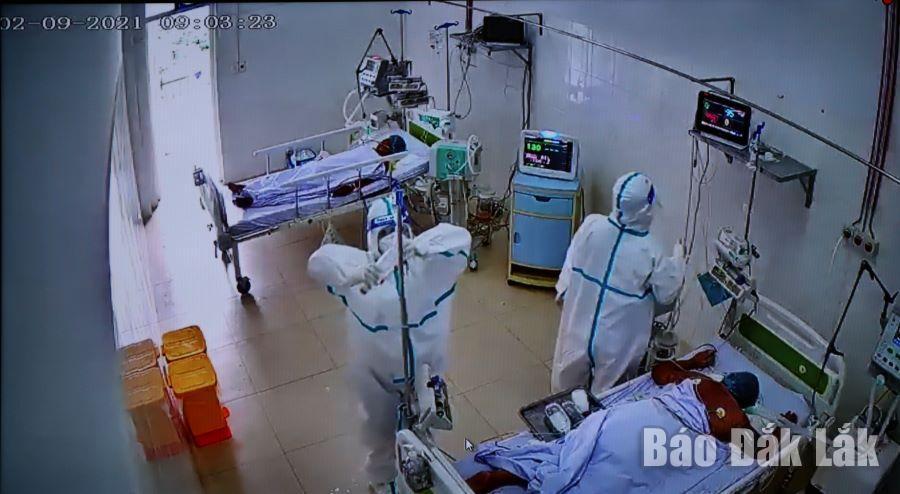 Điều trị bệnh nhân COVID-19 tại Bệnh viện Đa khoa vùng Tây Nguyên. (Ảnh chụp qua camera).