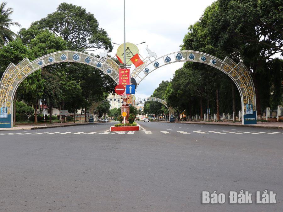 Đường khu vực trung tâm TP. Buôn Ma Thuột vắng vẻ trong thời gian áp dụng Chỉ thị 16 của Thủ tướng Chính phủ.