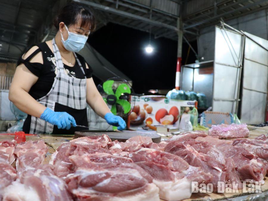 Tiểu thương kinh doanh tại chợ đầu mối Tân Hòa (TP. Buôn Ma Thuột)