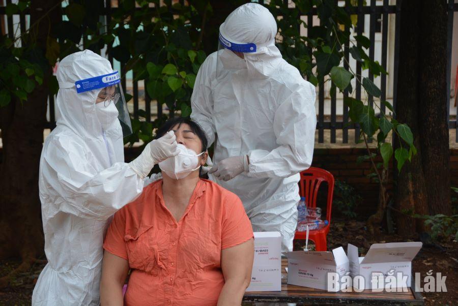 Người dân xã Cư Êbur được lấy mẫu xét nghiệm SARS-CoV-2.