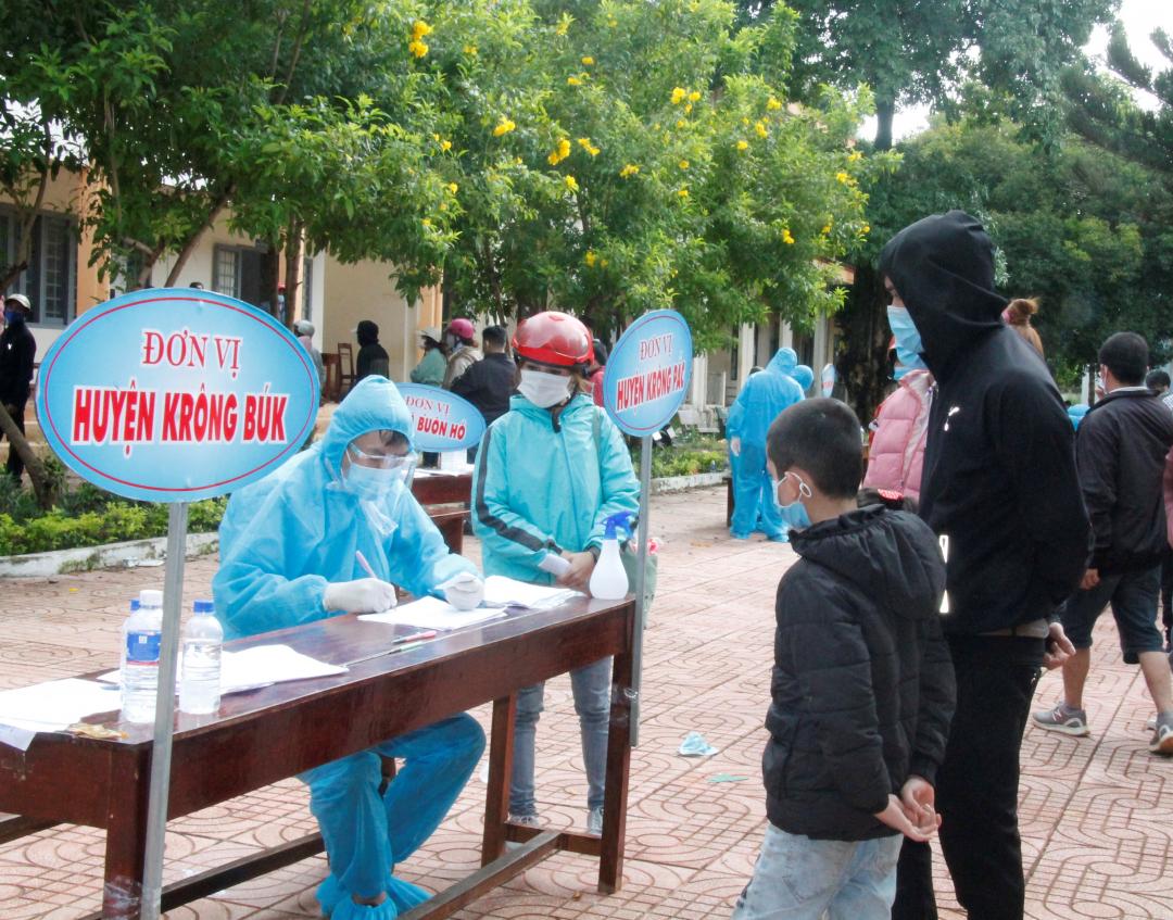 Các tình nguyện viên ghi danh sách, các yếu tố dịch tễ của công dân trước khi trở về địa phương thực hiện cách ly.