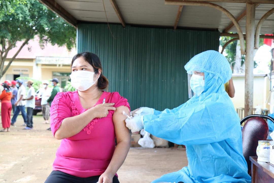 Nhân viên y tế tiêm vắc xin ngừa COVID-19 cho người dân xã Ea Kao, TP. Buôn Ma Thuột.