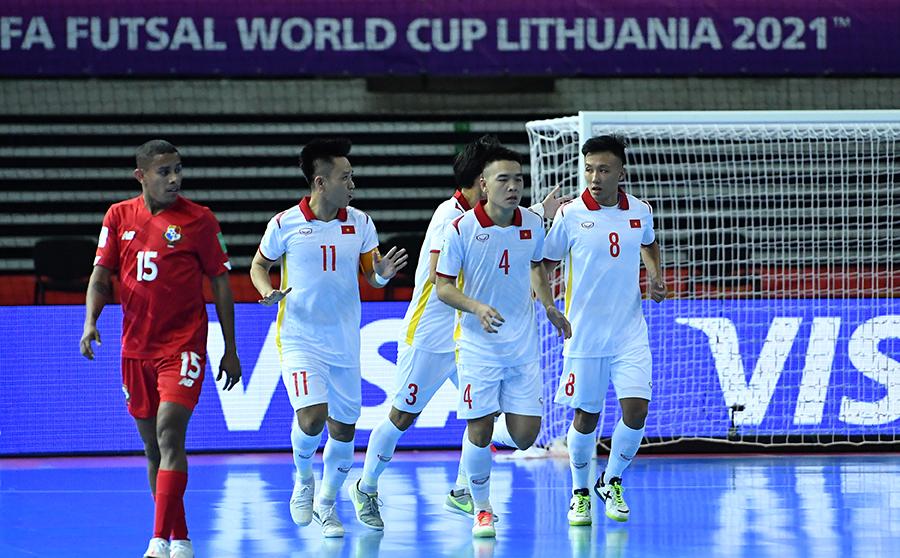 Các cầu thủ áo trắng Việt Nam giành 3 điểm quý giá trước Panama.