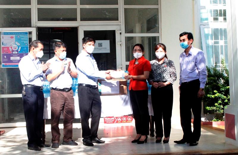 Đoàn đại biểu Quốc hội thăm và tặng quà Trung tâm Y tế huyện Cư Mgar