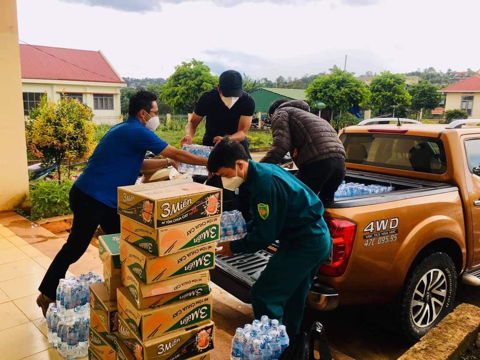 Cán bộ phường An Bình vận chuyển nhu yếu phẩm hỗ trợ người dân và các khu cách ly.