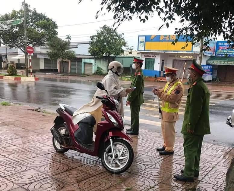 Lực lượng chwucs năng kiểm tra việc chấp hành của người lưu thông trên đường