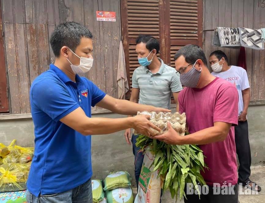 Đại diện Chi đoàn Báo Đắk Lắk tặng Túi quà an sinh hỗ trợ người dân khó khăn tại TP. Buôn Ma Thuột