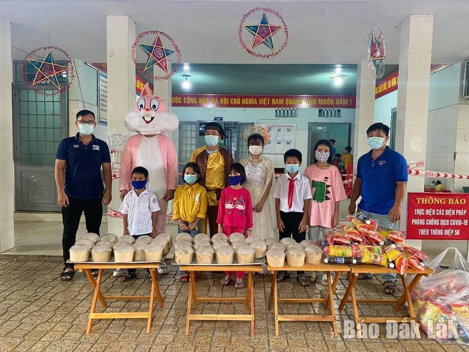 Đoàn phường Thống Nhất tặng quà Trung thu cho thiếu nhi tại Trung tâm Bảo trợ xã hội tỉnh