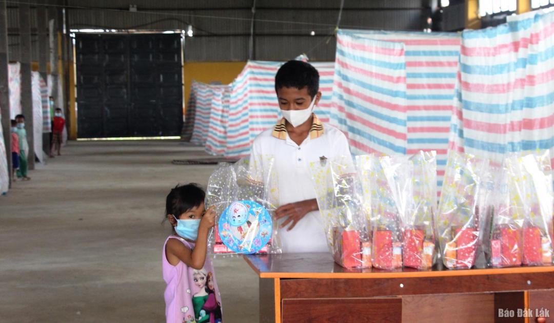 Thiếu nhi cách ly tập trung tại xã Ea Ning, huyện Cư Kuin nhận các phần quà Trung thu
