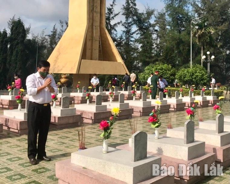 Các đồng chí lãnh đạo huyện Krông Bông dâng hương tưởng niệm các Anh hùng liệt sĩ.