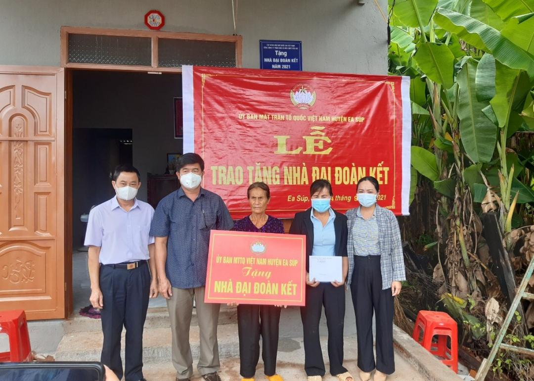 Lễ trao nhà Đại đoàn kết tặng bà Lê Thị An