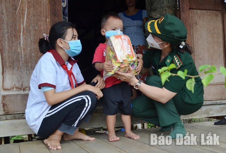 Cán bộ Hội Phụ nữ Bộ đội Biên phòng tỉnh chuyện trò, động viên các em trên địa bàn xã biên giới Krông Na