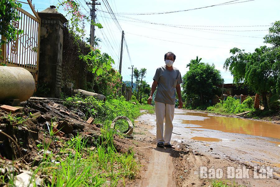Ông Nguyễn Trung Nhất cho rằng, công trình sau khi hoàn thành, từ cổng nhà ông đi xuống mặt đường sẽ cao gần 2m.