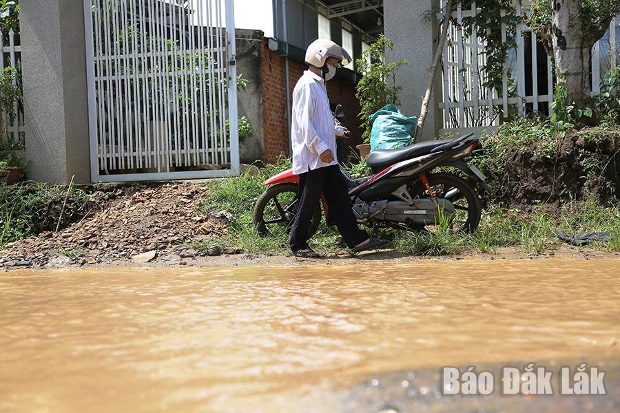 Việc hạ thấp nền đường khiến việc lên nhà của người dân gặp rất nhiều khó khăn...
