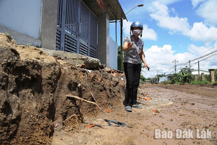 Bà Hoàng Thị Sanh bức xúc khi tuyến đường bị hạ cốt khiến việc vào nhà của người dân gặp khó.