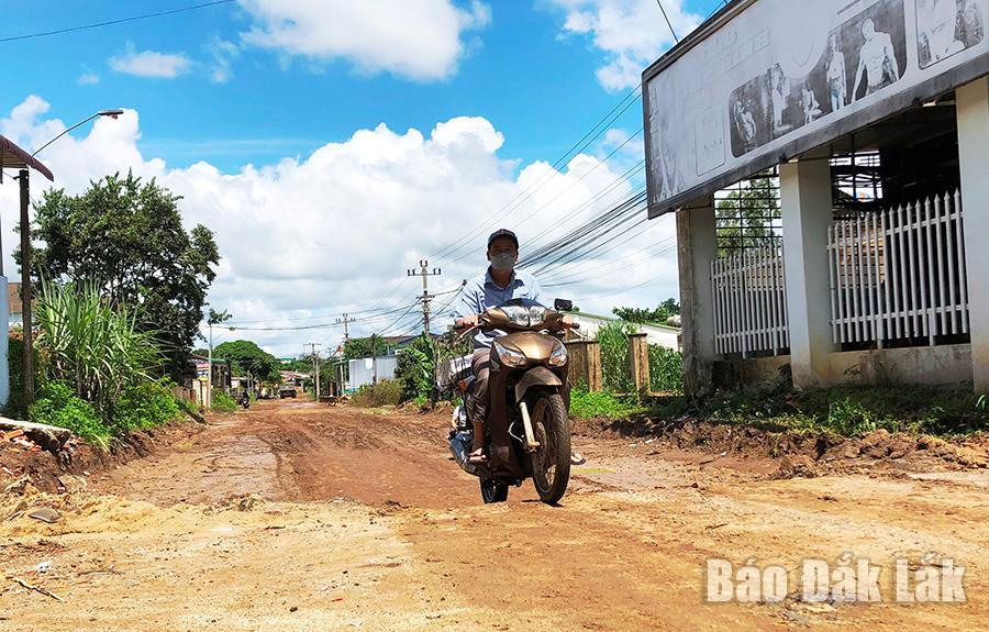 Tuyến đường đang thi công bị múc sâu hơn so với hiện trạng mặt đường cũ.