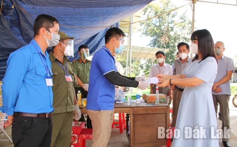 Đoàn công tác của tỉnh kiểm tra công tác phòng, chống dịch COVID–19 trên địa bàn huyện Cư Kuin