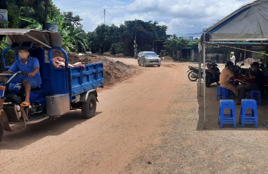 Sau khi gỡ phong tỏa, tỉnh lộ 1 đoạn qua xã Ea Lê các phương tiện giao thông đã lưu thông trở lại