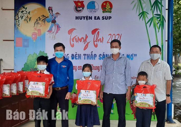 Đại diện Huyện đoàn Ea Súp và xã Ya Tờ Mốt tặng quà trung thu cho các em thiếu nhi