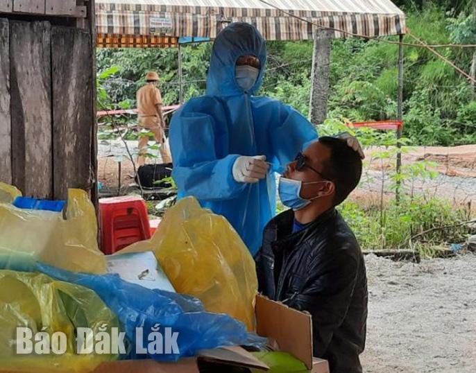 Nhân viên y tế lấy mẫu xét nghiệm nhanh COVID-19 cho người dân trên địa bnaf huyện Ea Súp
